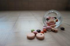 Compresse medicinali e droghe per il trattamento delle malattie Fotografia Stock Libera da Diritti