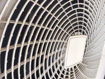 Compresseur de climatiseur, la machine blanche que semblable aux pales de ventilateur Il y a un tamis blanc couvert photos libres de droits