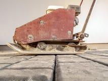 Compressor da placa em pavimentar blocos fotos de stock royalty free