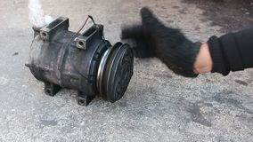 Compressor danificado do condicionador de ar do carro video estoque