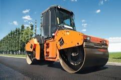 Compressor em trabalhos do pavimento do asfalto Foto de Stock Royalty Free