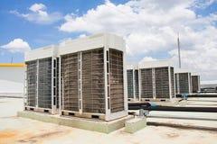 Compressor van airconditioner op de dakbovenkant royalty-vrije stock foto's