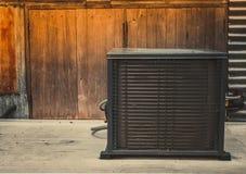 Compressore del condizionatore d'aria dell'Asia installato su fondo di legno con lo spazio della copia per testo Immagini Stock