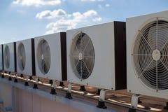 Compressori d'aria sul tetto della fabbrica fotografia stock libera da diritti