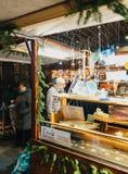 Compri i giocattoli di Natale dai souvenires Strasburgo della stalla del mercato Immagine Stock