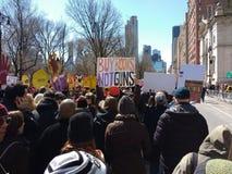 Compri le pistole dei libri non, marzo per le nostre vite, NYC, NY, U.S.A. Fotografia Stock Libera da Diritti