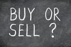 Compri o vendi la domanda sulla lavagna Immagine Stock Libera da Diritti