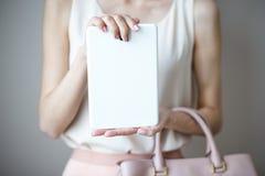 Comprimé électronique de Digital sur des mains du ` un s de femme Sac à main rose-clair en cuir, style élégant d'été Photographie stock libre de droits