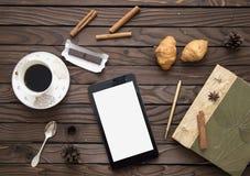 Comprimé électronique sur la table Photographie stock libre de droits