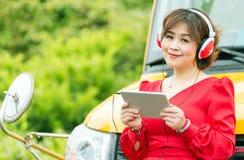 Comprimé asiatique de lecture rapide de femme Images libres de droits