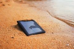 Comprimé brisé sur la plage Image libre de droits
