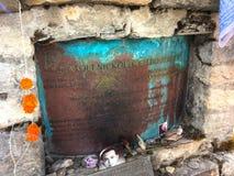 Comprimé commémoratif au grimpeur Bukreev dans le voyage d'Annapurna de montagnes de l'Himalaya photos libres de droits