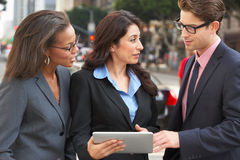Comprimé d'And Businesswomen Using Digital d'homme d'affaires dehors image stock