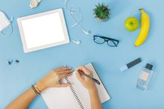 Comprimé d'espace de travail, mains de filles, carnet, mains de femelle de lunettes Photo libre de droits