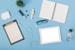Comprimé d'espace de travail de siège social, carnet, lunettes, presse-papiers, h Photos stock