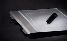 Comprimé de conception sur le fond noir, discret Image libre de droits