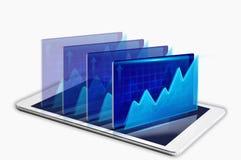 Comprimé de Digital avec des rapports financiers sur le fond blanc Photo libre de droits