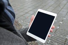 Comprimé de Digital avec l'écran d'isolement dans des mains masculines Images stock