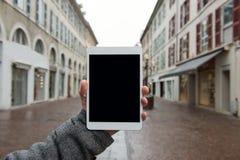 Comprimé de Digital avec l'écran d'isolement dans des mains masculines Photo libre de droits