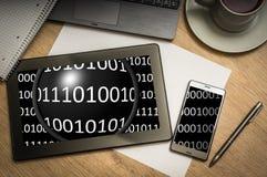 Comprimé de Digital avec le code binaire sur l'écran Photos stock