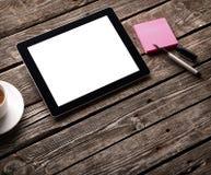Comprimé de Digital avec le papier de note et la tasse de café Photographie stock libre de droits