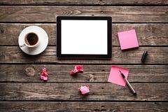 Comprimé de Digital avec le papier de note et la tasse de café Images stock