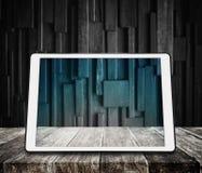 Comprimé de Digital sur le bureau en bois avec le fond en bois foncé photos stock