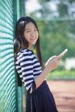 Comprimé de l'adolescence asiatique d'âge et d'ordinateur à disposition Images libres de droits