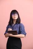 Comprimé de l'adolescence asiatique d'écriture Photo stock