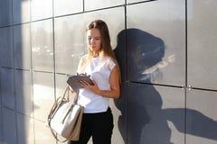Comprimé de lecture rapide de femme au centre d'affaires Image libre de droits