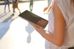 Comprimé de lecture rapide de femme au centre d'affaires Photographie stock