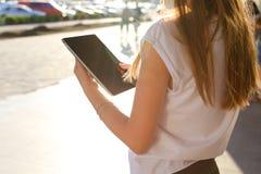 Comprimé de lecture rapide de femme au centre d'affaires Images stock