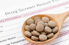 Comprimé de médecine d'herbe dans la cuillère en bois Photos stock
