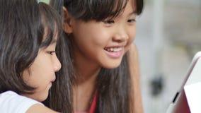 Comprimé de observation de petit enfant asiatique en parc banque de vidéos