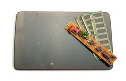 Comprimé endommagé, vieilles pièces et la carte électronique d'isolement sur le blanc Photographie stock