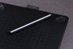 Comprimé graphique noir avec le plan rapproché de stylo photos stock