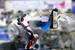 Comprimé intelligent de fabrication automatisé artificiel robotique d'écran tactile de robot photo libre de droits