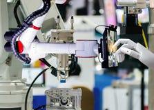 Comprimé intelligent de fabrication automatisé artificiel robotique d'écran tactile de robot photo stock