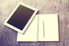 Comprimé, journal intime et stylo numériques vides sur une table en bois Photographie stock