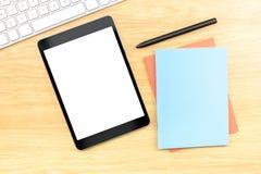 Comprimé mobile d'écran vide avec le carnet bleu et stylo à en bois merci Image stock