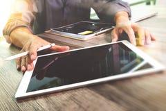 Comprimé numérique émouvant de main d'homme d'affaires Directeur W de finances de photo Photos libres de droits