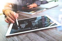 Comprimé numérique émouvant de main d'homme d'affaires Directeur W de finances de photo Photos stock