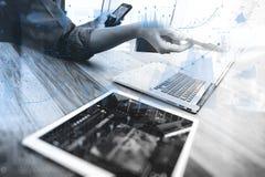 Comprimé numérique émouvant de main d'homme d'affaires Directeur W de finances de photo Image stock