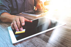 Comprimé numérique émouvant de main d'homme d'affaires Directeur W de finances de photo Images libres de droits