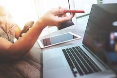 Comprimé numérique émouvant de main d'homme d'affaires Directeur W de finances de photo Photographie stock libre de droits