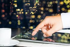 Comprimé numérique de contact d'homme d'affaires sur le journal économique Image stock