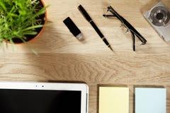 comprimé numérique de stylo et papier de note Photos libres de droits