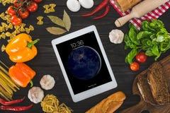comprimé numérique et ingrédients frais Photographie stock libre de droits