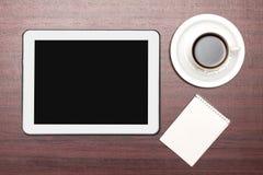 Comprimé vide et une tasse de café dans le bureau Photographie stock libre de droits
