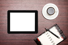 Comprimé vide et une tasse de café dans le bureau Photographie stock